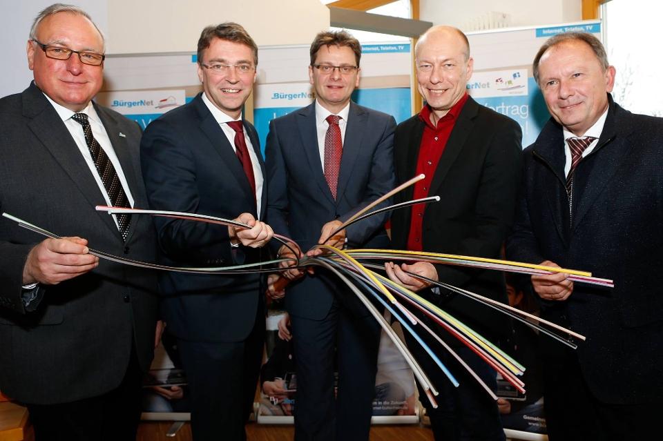 V.l.n.r. Stadtnetz-Geschäftsführer Hans Jürgen Bengel, Bürgermeister Jochen Hack (Pettstadt), Karl-Heinz Wagner (Altendorf), Michael Karmann (Buttenheim) und Uwe Krabbe, Geschäftsführer des Ingenieurbüros LAN Consult.